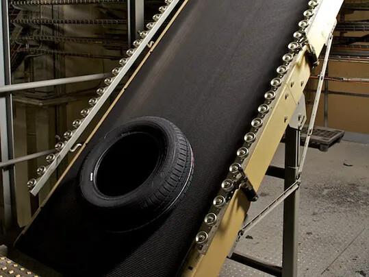 Inclined tire transport 2 - Reifenindustrie
