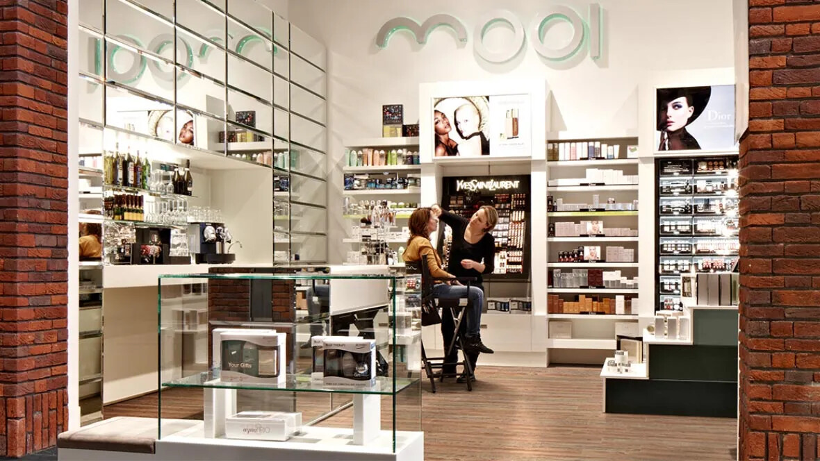 Allura Click luxury vinyl tile (LVT) i retailmiljö