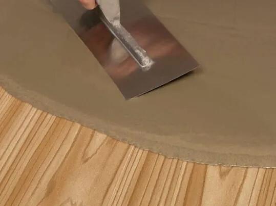 Houten vloeren uitvlakken: vloer egaliseren prijs per m2 met cement