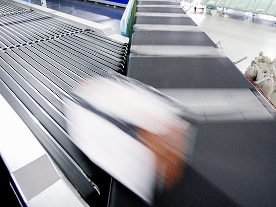 Logistics: Belt merge with Forbo Siegling Transilon conveyor belts in a distribution centre.
