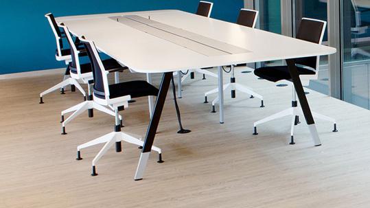 Büros und öffentliche Gebäude: Sitzungszimmer mit Stühlen und Tisch auf hellem Forbo LVT (Allura Luxury Vinyl Tiles).