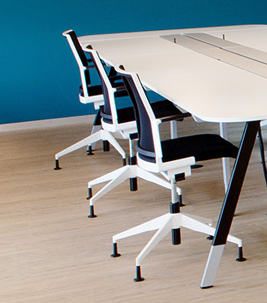 Bürosituation mit Stuhl und Tisch
