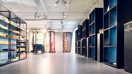 Retail und Ladenbau: Verkaufsfläche in einem Einrichtungshaus mit grauem Forbo Linoleum Boden.