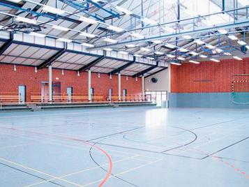 Sportbeläge: Turnhalle mit blauem Forbo Linoleum Sport Bodenbelag.