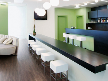 Gastro, Hotel und Freizeit: Barbereich in einem Hotel mit dunklen Forbo LVT (Allura Luxury Vinyl Tiles).
