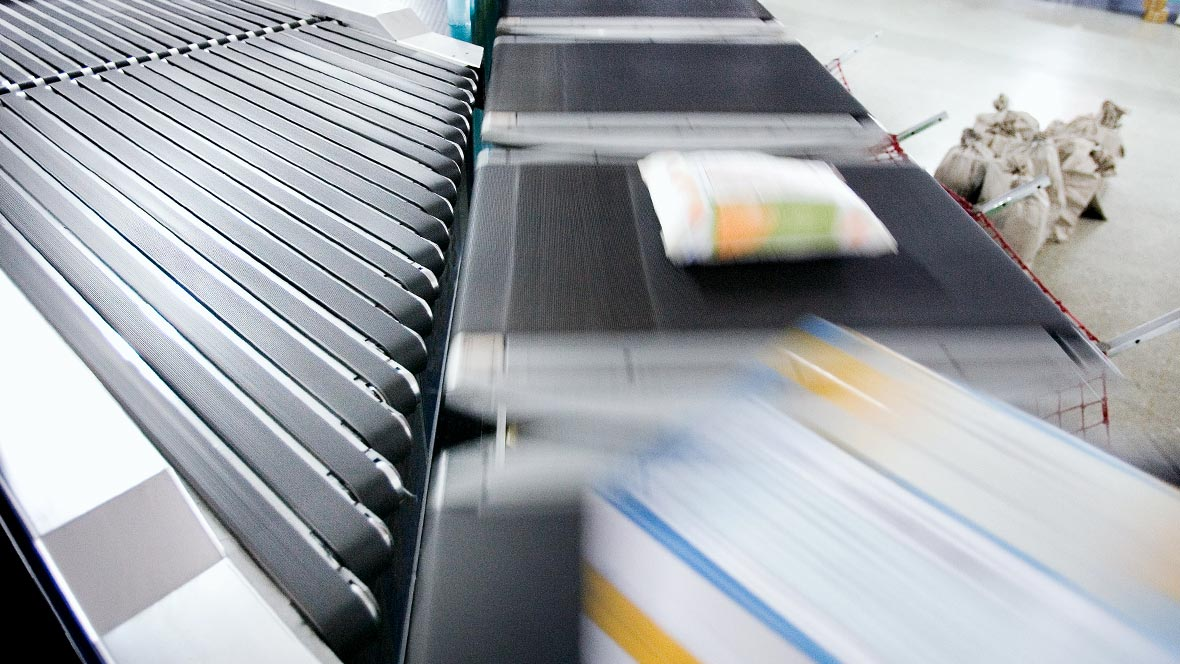 Logistik: Schrägeinschleusung mit Forbo Siegling Transilon Transportbändern in einem Logistikzentrum.