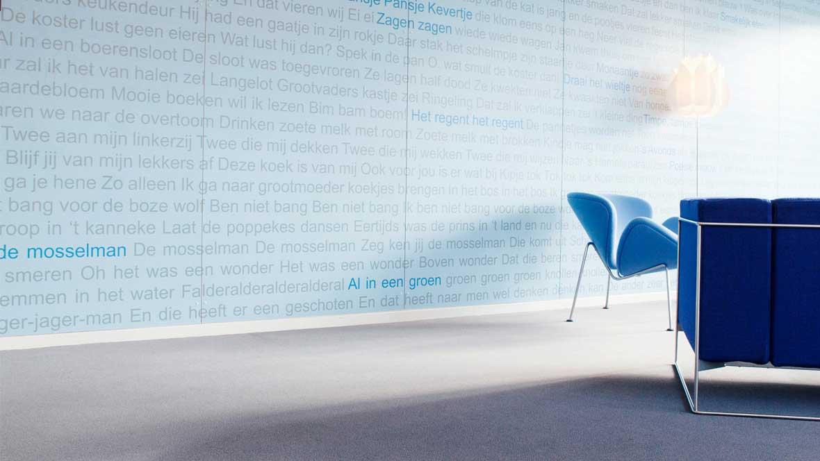 Bildungswesen: Zwei blaue Stühle auf grauem Forbo Linoleum Boden.