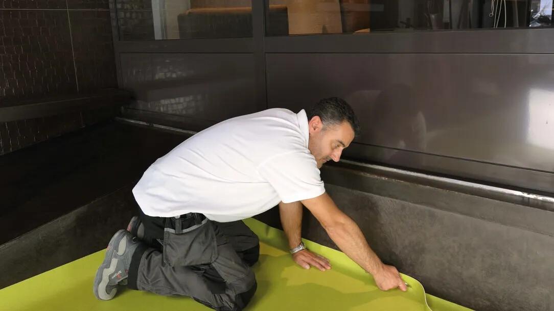 Pose revêtement de sol PVC en rouleau, lé | Forbo Flooring Systems