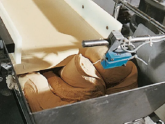 Innovative processing belts for dough processing: Up to 50% less flour required and top release properties – even for oily dough types.