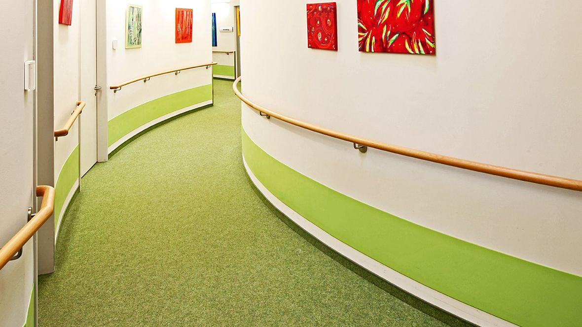 Forbo_Evangelisches-Pflegezentrum-Baierbrunner_Sendling_Fotograf_Holger-Weiß_München_1180x664_(002).jpg