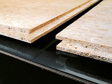 Rohstoffe: Forbo Siegling Förder- und Prozessbänder in einem Holzverarbeitungsbetrieb.
