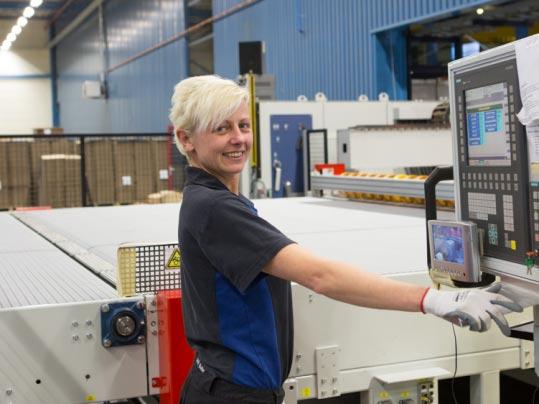 vrouw in fabriek