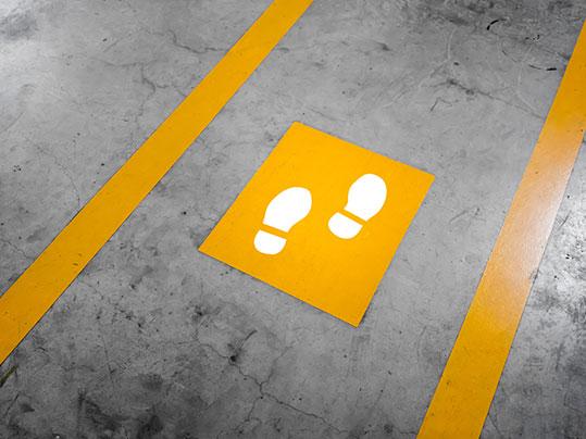 Abstandsmarkierungen und Bodenaufkleber