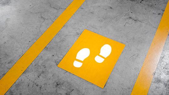 Abstandsmarkierungen auf dem Boden