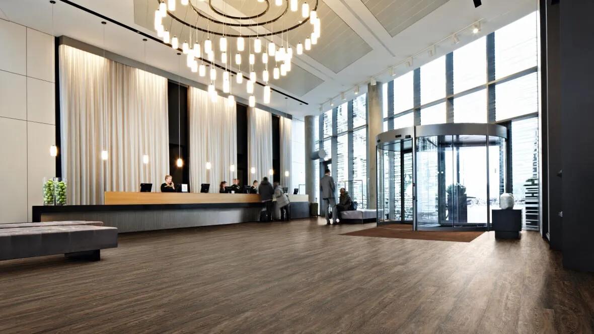 Allura luxury vinyl tile (LVT) i hotellreception