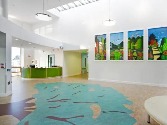 Marmoleum Aquajet  wykładziny podłogowe z nadrukiem w placówkach edukacyjnych