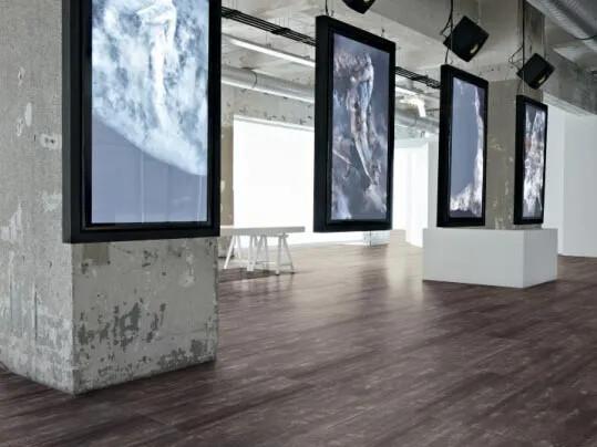 Allura Premium luxury vinyl tile (LVT) i utställningshall