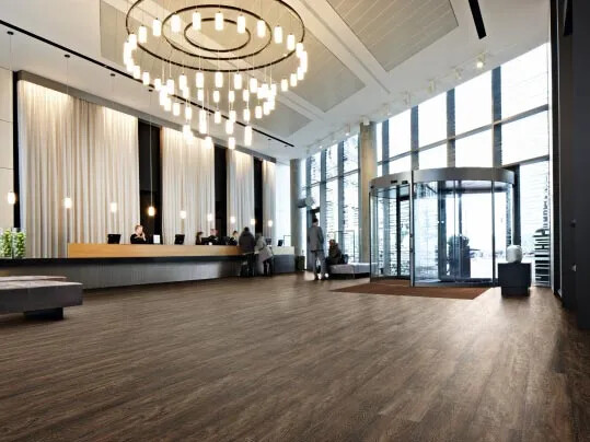 Allura Wood luxury vinyl tile (LVT) i hotellreception