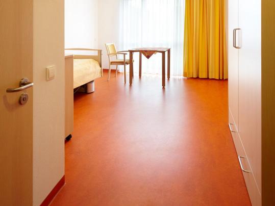 Forbo Linoleum in Wohnbereichen von Altenpflegeheimen